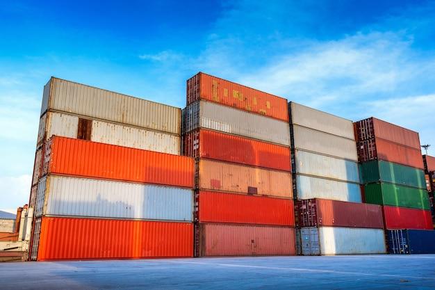 Caja de contenedores industriales para negocios logísticos de importación y exportación.