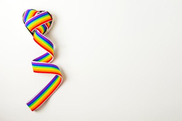 Caja de corazón y banda en colores lgbt.