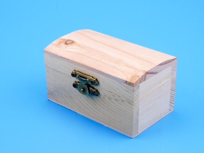 Caja cuadrada de madera vacía sobre fondo azul