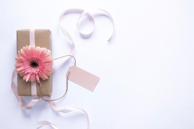 Caja de regalo con flor para el día de la madre