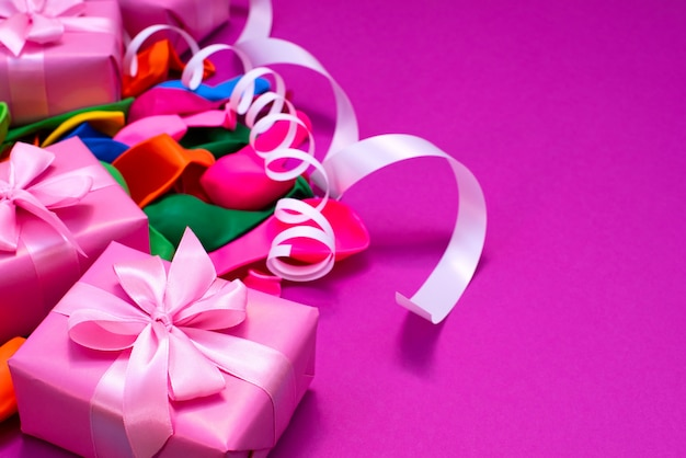 Caja decorativa composición regalos satén cinta arco bolas inflables serpentina