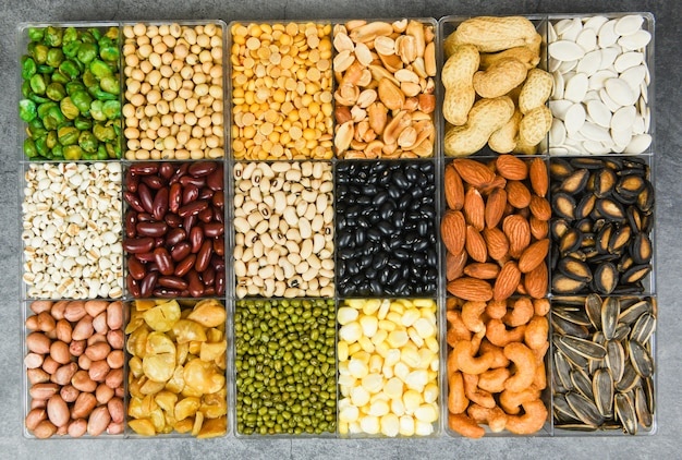 Caja de diferentes granos enteros frijoles y legumbres semillas lentejas y nueces textura colorida merienda - collage varios frijoles mezclan guisantes agricultura de alimentos naturales saludables para cocinar ingredientes