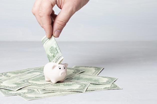 Caja de dinero llena de dolares