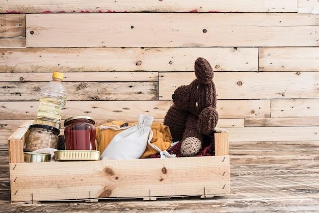 Caja de donación de alimentos para las víctimas.