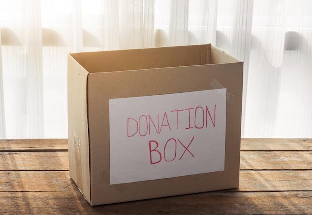 Caja de donación de cartón.