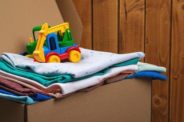Caja de donación con cosas y juguetes para niños. él