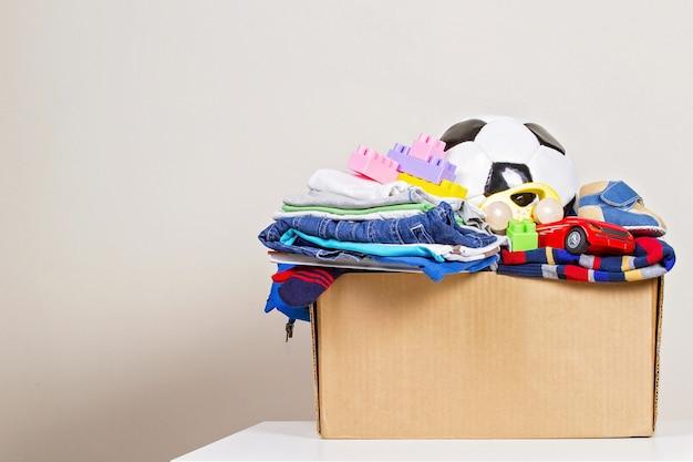 Caja de donación con juguetes, libros, ropa para caridad.