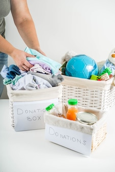 Caja de donación con ropa, juguetes y comida.