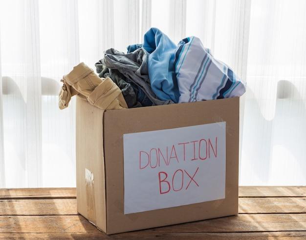 Caja de donación de ropa.