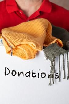 Caja de donación con ropa
