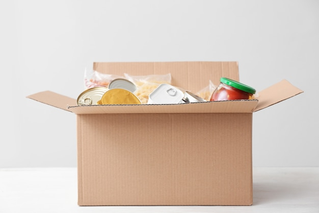 Caja con donaciones en mesa