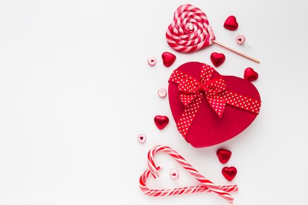 Caja de dulces de corazón con deliciosa piruleta