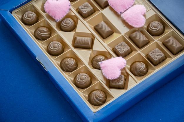 Caja de dulces dulces y corazones rosas
