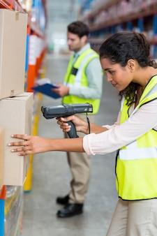 Caja de escaneo de trabajadora de almacén