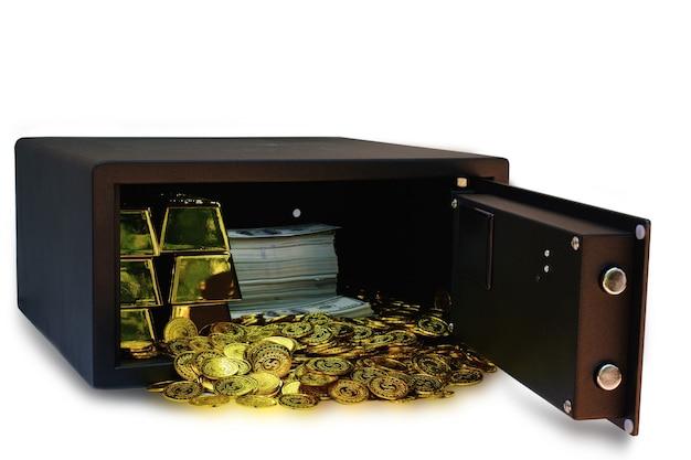 Caja fuerte de acero llena de pila de monedas y barra de oro y billetes de 100 usd en el fondo blanco con trazado de recorte concepto de banca empresarial