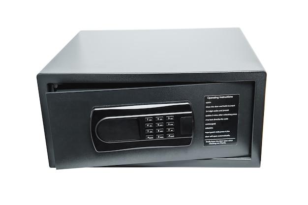 Caja fuerte del hotel o gabinete de seguridad con teclado numérico de código digital de acceso aislado en el fondo con trazado de recorte