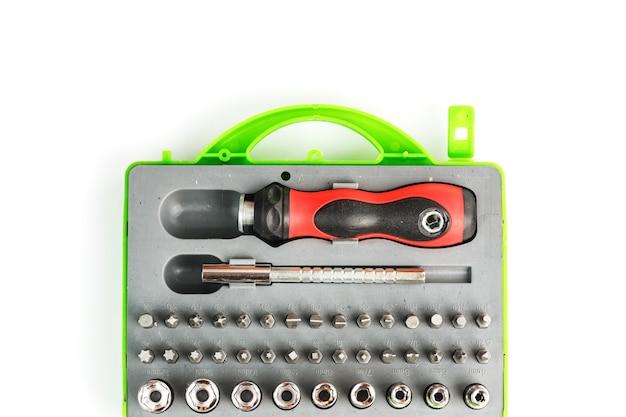 Caja de herramientas con accesorios y brocas de diferentes formas y tamaños