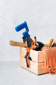 Caja de herramientas de madera de primer plano con diferentes herramientas