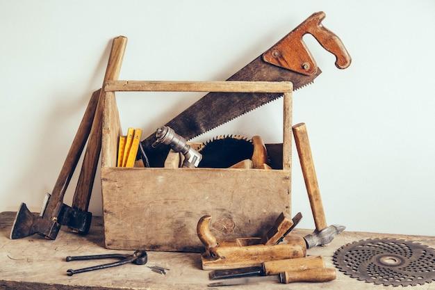 Caja de herramientas de madera vieja llena de herramientas. antiguas herramientas de carpintería. naturaleza muerta.