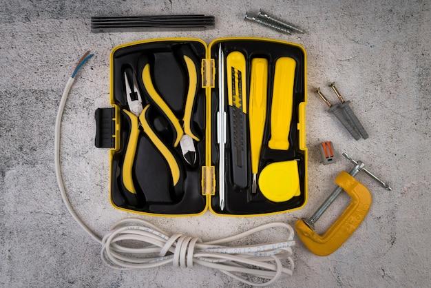 Caja de herramientas de vista superior con herramientas amarillas