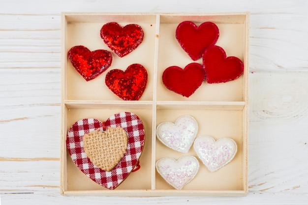 Caja con juego de corazones decorativos.