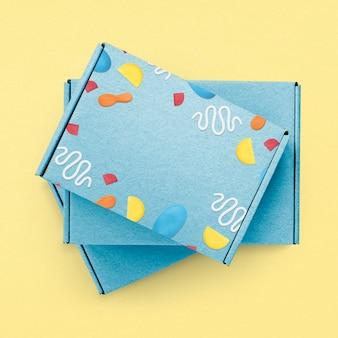 Caja kraft azul con lindo empaque de producto con patrón de arcilla