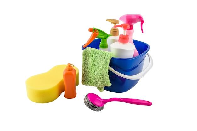 Caja llena de artículos de limpieza y guantes aislados en blanco