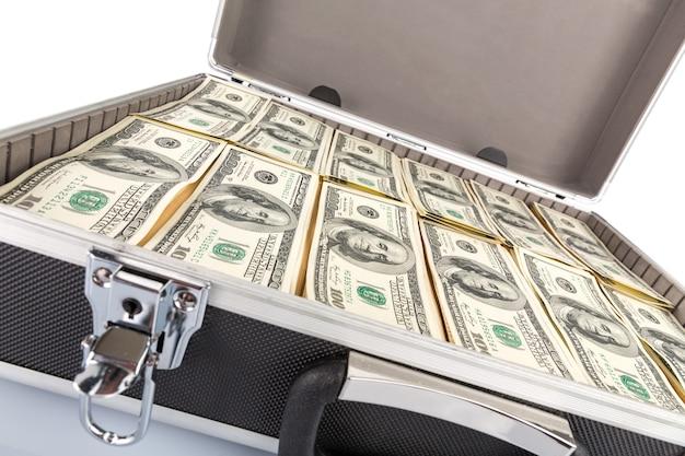 Caja llena de dólares sobre fondo blanco.