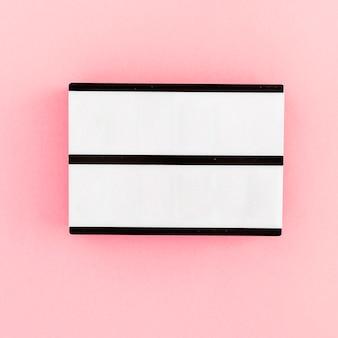 Caja de luz en blanco sobre fondo claro