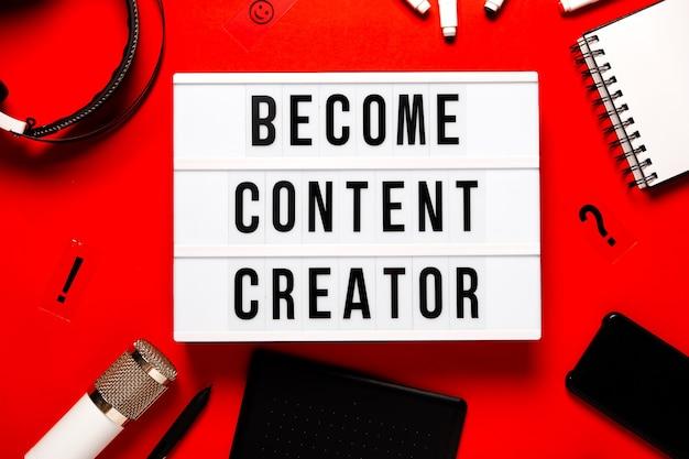 Caja de luz conviértase en creador de contenido sobre fondo abstracto rojo. creadores de contenido y concepto de educación en línea. copyspace de vista horizontal superior.