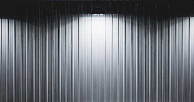 Caja de luz con plataforma de pared de metal con focos, lámparas que cuelgan en el fondo de la pared