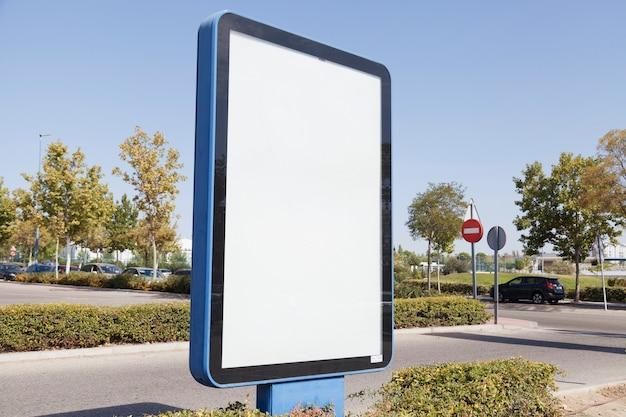 Caja de luz publicitaria en blanco en la calle.