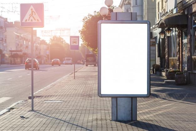 Caja de luz publicitaria en blanco en la ciudad.