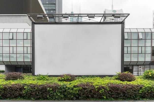 Caja de luz publicitaria en blanco en el distrito financiero