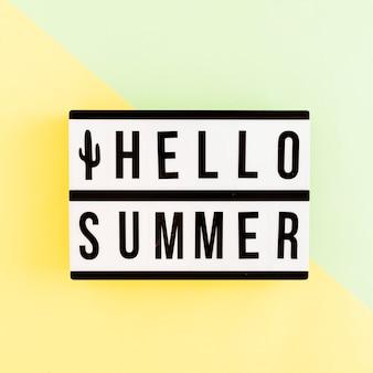 Caja de luz con texto de verano sobre fondo coloreado.