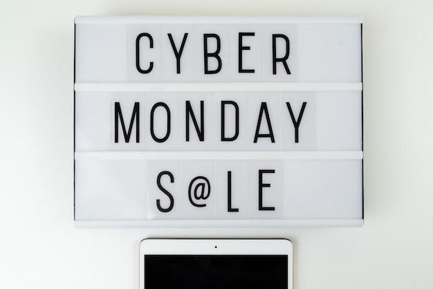 Caja de luz con venta de lunes cibernético escrita en ella