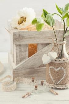 Caja de madera con amapola y flores.