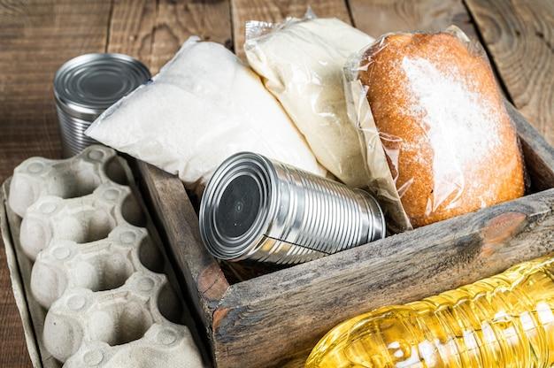 Caja de madera con comida de donación, concepto de ayuda de cuarentena