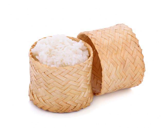 Caja de madera de estilo tradicional de bambú con arroz pegajoso tailandés en blanco