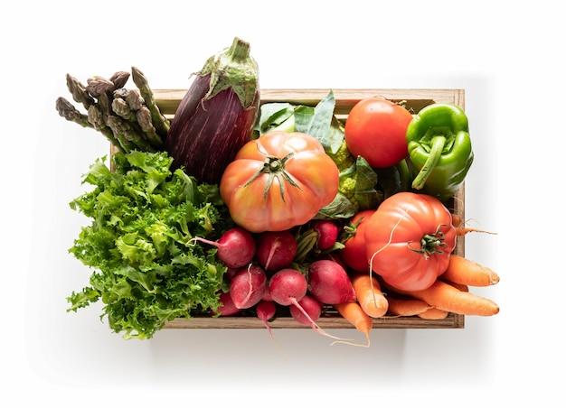 Caja de madera con verduras frescas aislado
