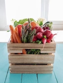 Caja de madera con verduras frescas