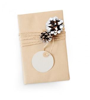 Caja de maqueta de regalo de navidad envuelta en papel reciclado marrón y vista superior de cuerda cónica