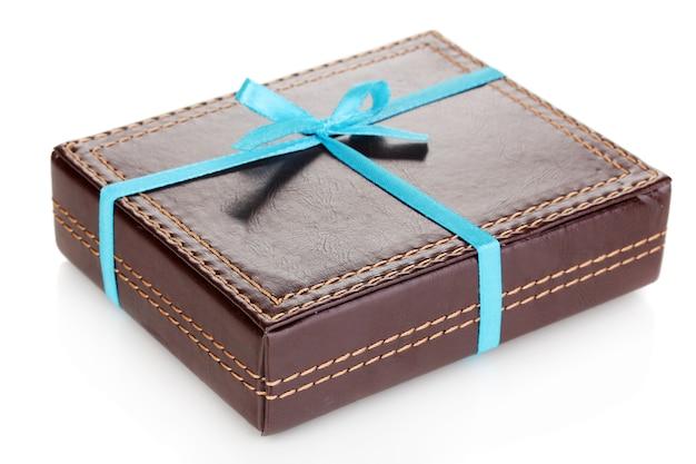Caja marrón con cinta aislado en blanco