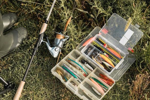 Caja de materiales de pesca en el suelo