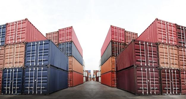 Caja de muchos contenedores en el negocio logístico en el muelle de carga