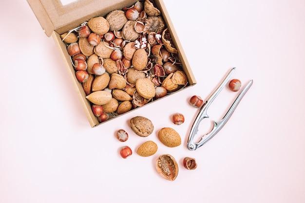 Caja de nueces y cascanueces en el fondo