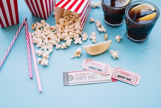 Caja de palomitas de cine con un refresco
