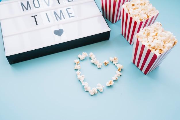 Caja de palomitas con letrero de cine