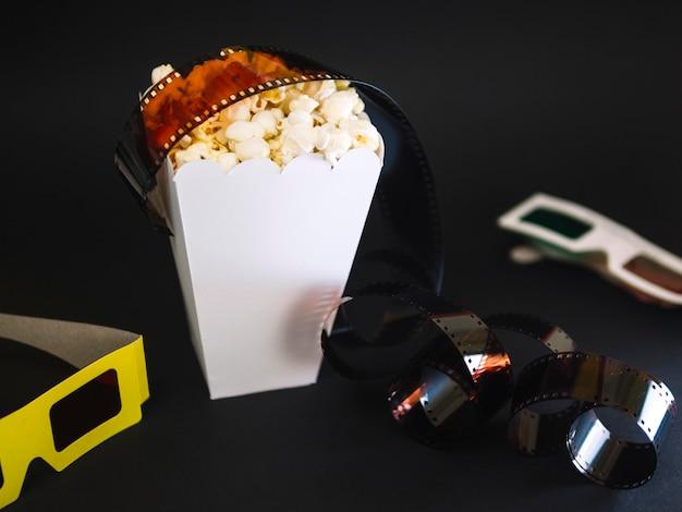 Caja de palomitas de maíz de primer plano sobre la mesa