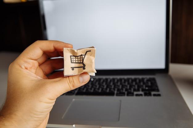 Caja de papel dañada en mano masculina. concepto de compras, servicio y entrega en línea.